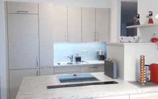 Moderne Küche mit Essbereich